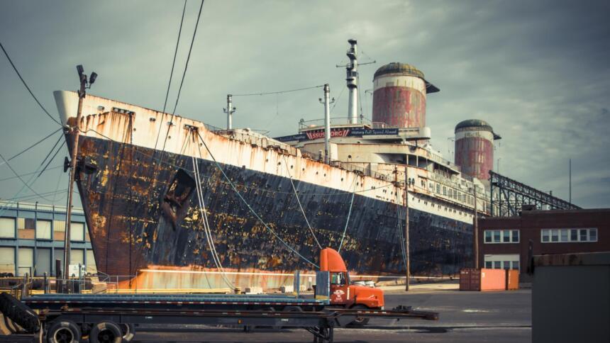 Schiff vor dem Abwracken