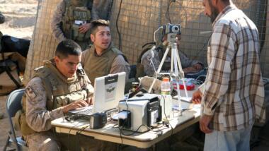 US-Soldaten an einem Laptop