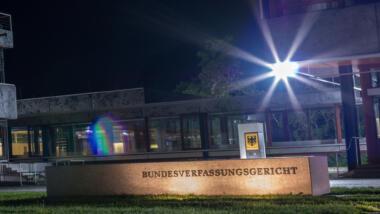 Bundesverfassungsgericht Karlsruhe bei Nacht
