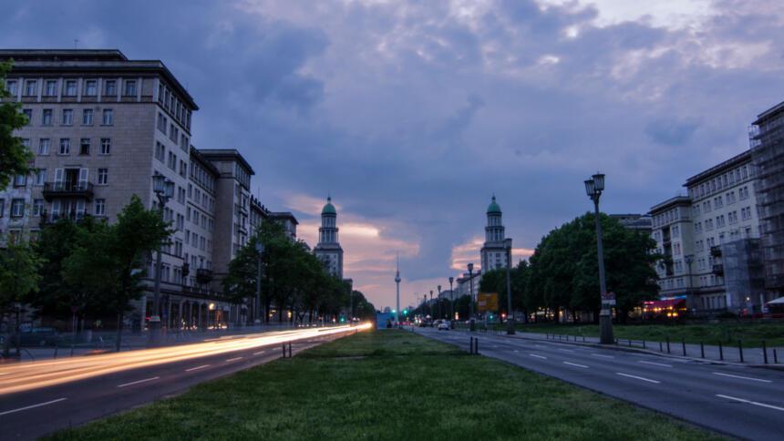 Frankfurter Allee in Berlin bei Nacht