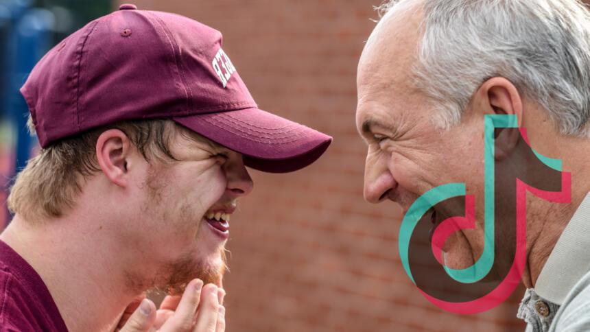 Zwei Menschen lachen sich an
