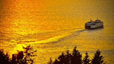 Fähre in goldenem Sonnenuntergang