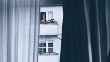 Blick aus Fenster auf Wohnungen
