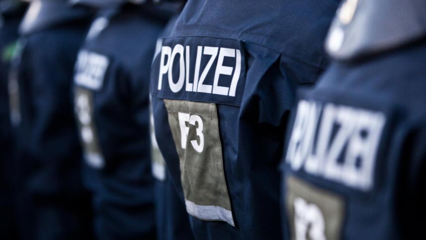 Polizeiuniform von hinten