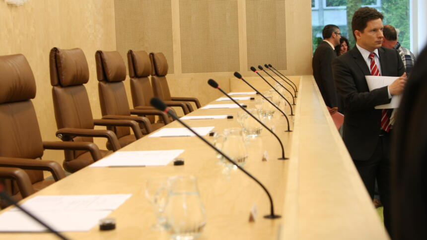 Leerer sitzungssaal im Bundesverfassungsgericht Karlsruhe
