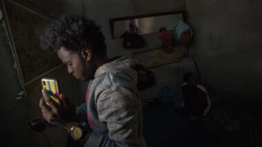 Flüchtender mit Handy in der Hand