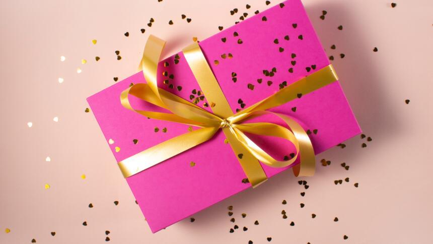 Geschenk mit goldener Schleife