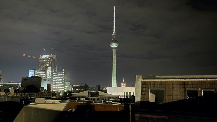 Berliner Fernsehturm aus einem Fenster