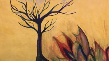 Aquarellzeichnung zeigt kahlen, in den Himmel strebenden, blau-grün eingefärbten Baum umgeben von bunten Flammen vor gelbem Hintergrundn.