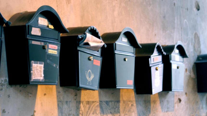 Briefkästen an einer Wand