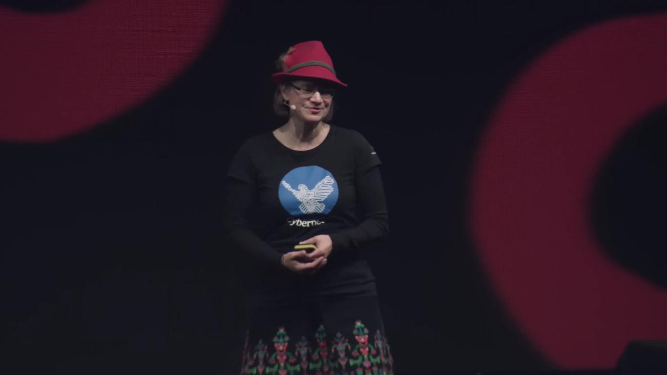 Anke Domscheit-Berg auf einer Bühne bei ihrem Talk auf dem Hackerkongress.