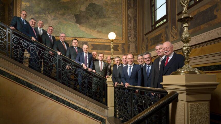 Gruppenbild der 17 Innenminister auf einer Treppe