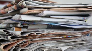 Stapel alter Papierzeitungen