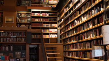 Es sind volle Bücherregale zu sehen.