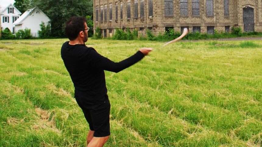 Ein Mann wirft einen Bumerang