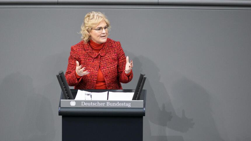 Bundesjustizministerin Lambrecht am Rednerpult im Bundestag.