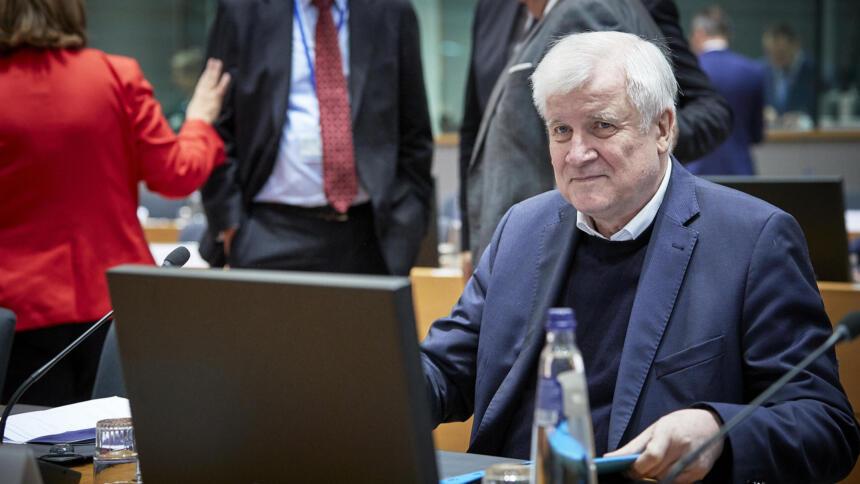 Horst Seehofer an einem Computer