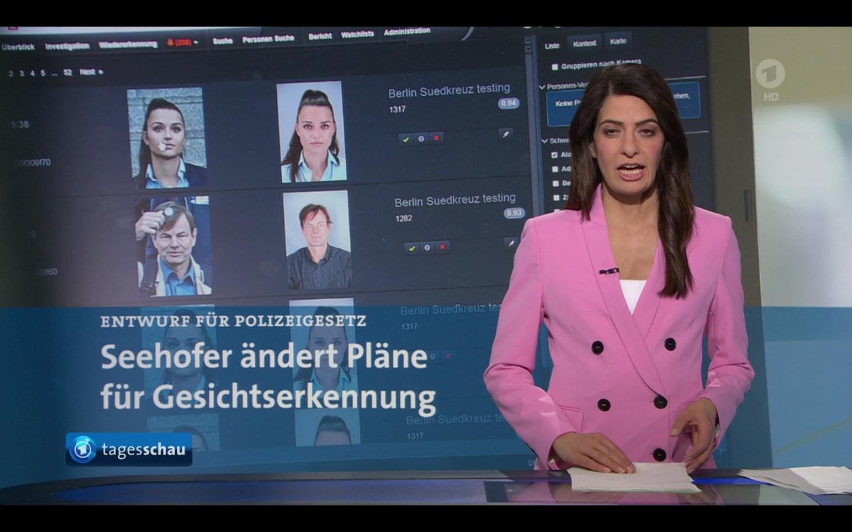 Ein Screenshot der Tagesschau-Sendung. Man sieht die Moderatorin, hinter ihr das Bild Martin Bärs auf einem Computerbildschirm.