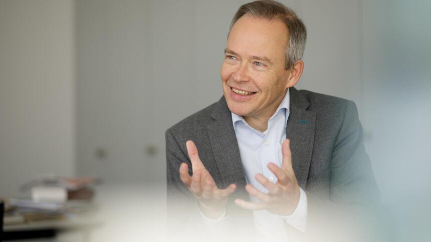 Ein Portraitfoto von Stefan Brink.