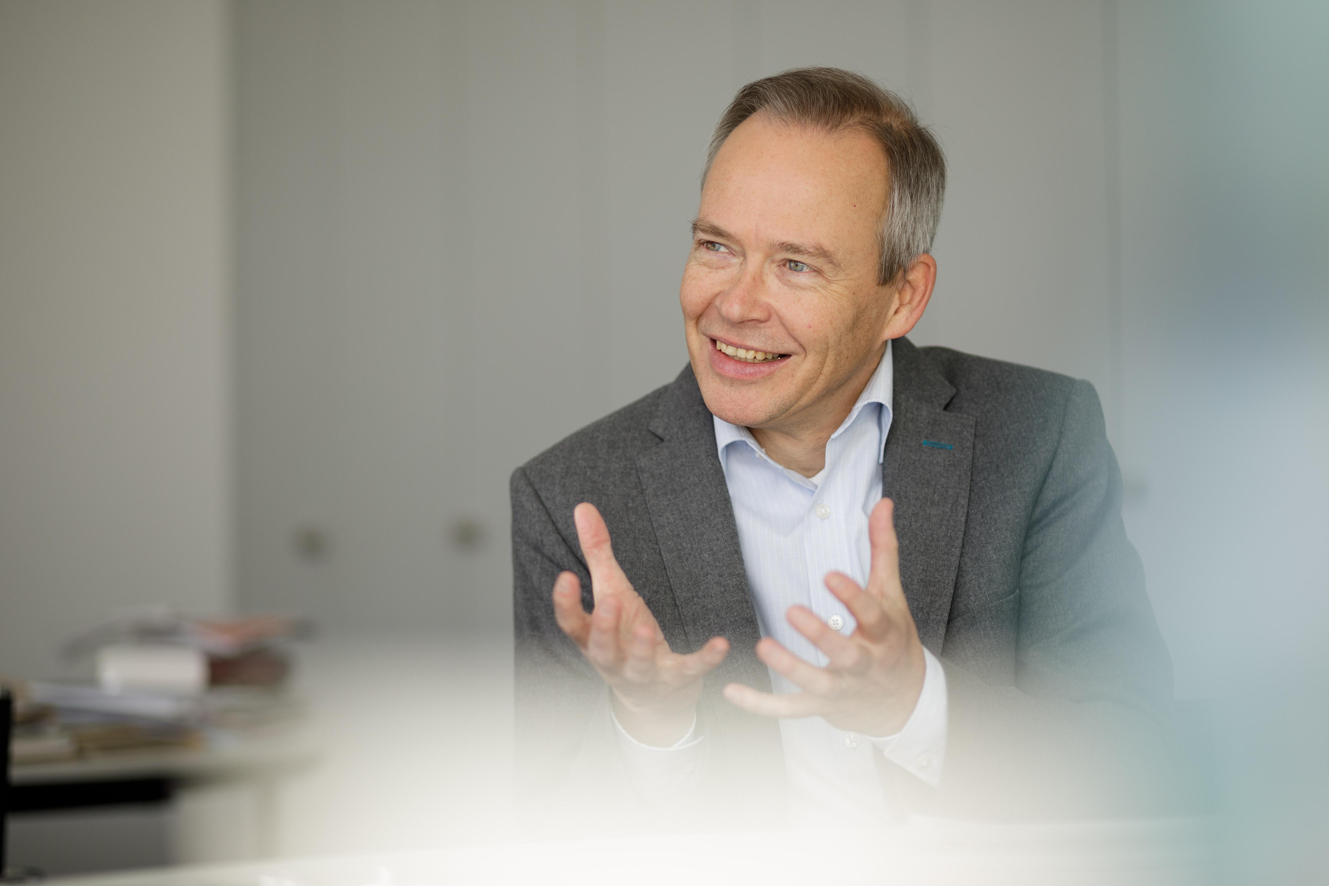Ein Bild von einem lachenden, gestukilierenden Stefan Brink.