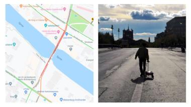 Links ist ein Google-Maps-Karte zu sehen, von der Situation, als der Künstler den Stau simulierte. Darum ist die Brücke rot marktiert, als sei Stau. Rechtsauf einem zweiten Bild sieht man den Künstler mit seinem Handkarren vor einem Abendhimmel über die Brücke laufen.