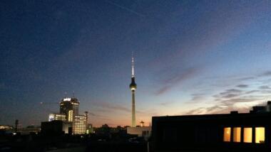 Fernsehturm Berlin, gehüllt in einen romantischen Sonnenuntergang