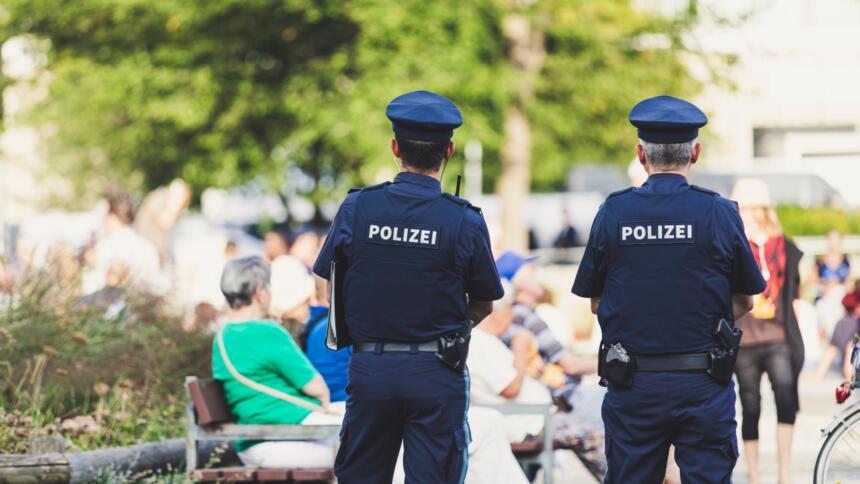 Zwei Polizisten in Erlangen
