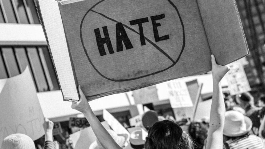 Foto von Demoschildern gegen Hass