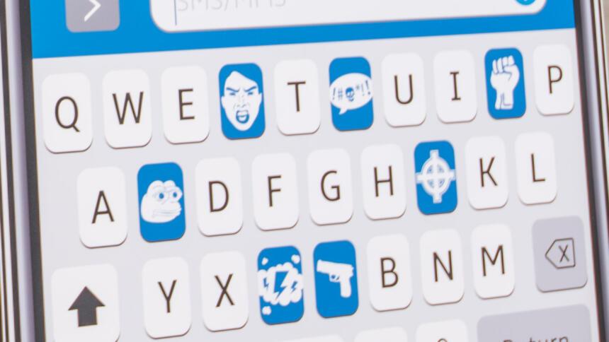Handytastatur mit Hate-Speech-Symbolen