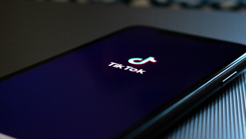 Telefon mit TikTok-Logo auf dem Bildschirm