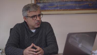 Neritan Sejamini, Chefredakteur von Exit News, in seinem Büro in Tirana