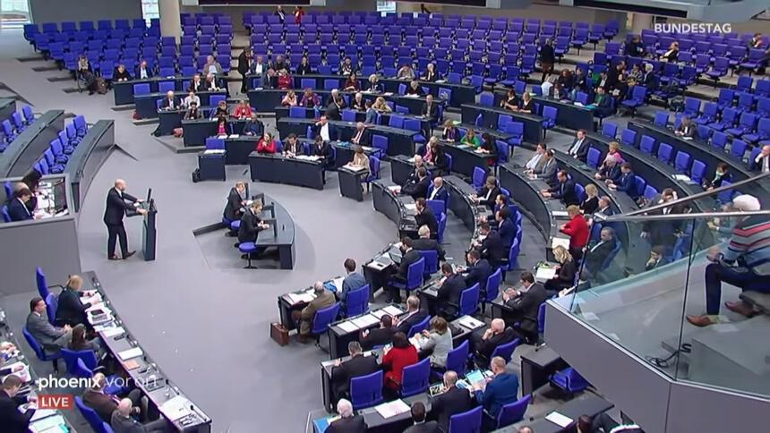 Der Plenarsaal des Bundestages heute morgen während der Debatte aus der Vogelperspektive. Jemand steht am Rednerpult.