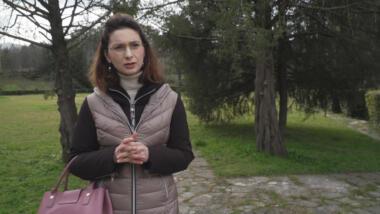 Viola Keta, Chefredakteurin von Faktoje, im botanischen Garten Tiranas. Sie und ihre Kolleg:innen hatten über die Besitzstreitigkeiten berichtet.