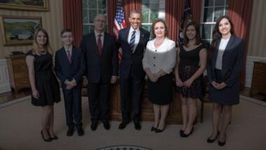 Barack Obama mit der albanischen Botschafterin Floreta Luli-Faber und Anxhela Faber von Acromax Media
