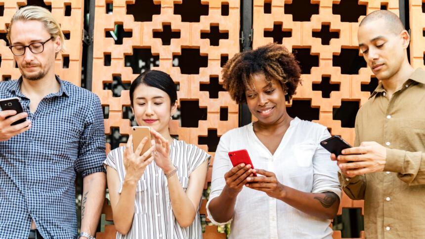 Menschen mit Smartphones in der Hand