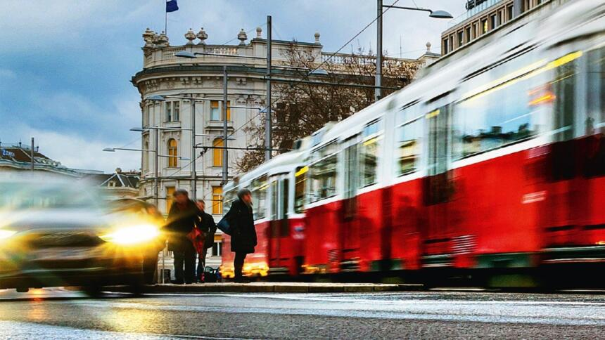 Bildausschnitt vom Buch Cover: eine Wiener Straßensezen mit Auto und Tram.
