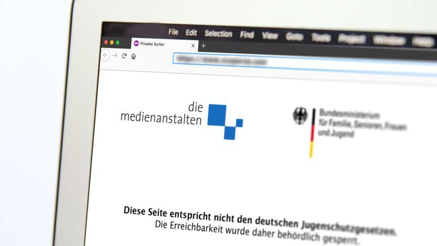 """Bildschirm mit """"Diese Seite entspricht nicht den deutschen Jugendmedienschutz..."""" (nachgestellt)"""