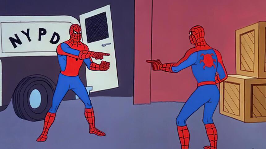 Zwei Spidermen zeigen mit dem Finger auf den anderen