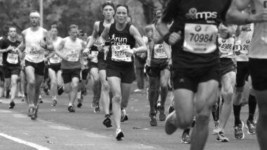 Schwarz-weiß-Bild von Marathonläuferinnen