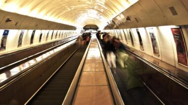Menschen auf eine Rolltreppe