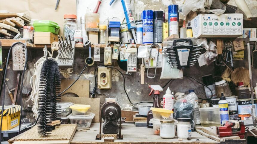 Werkstatt mit vielen kleinen Werkzeugen