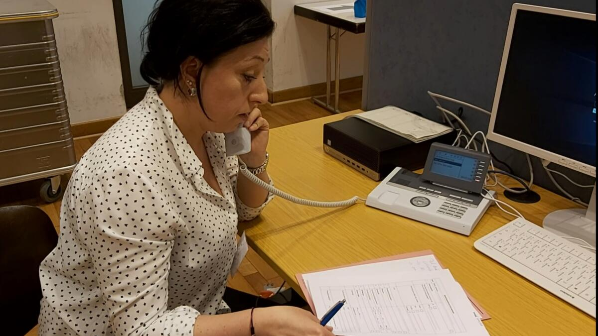 Eine Mitarbeiterin des Gesundheitsamtes Mitte telefoniert