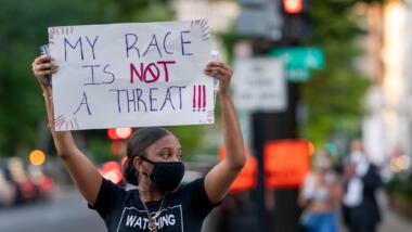 Eine Demonstrantin protestiert gegen Polizeigewalt und systemischen Rassismus.