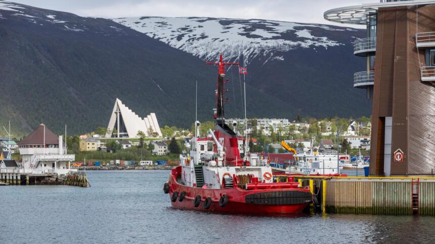 Ein Schiff liegt im Hafen der Stadt Tromsø