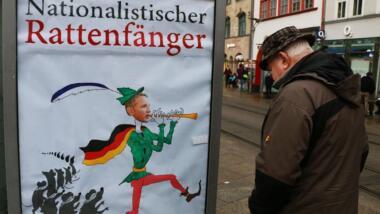 Plakat mit Björn Höcke als nationalistischer Rattenfänger