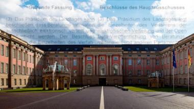 Text der Geschäftsordnung im Himmel über dem Potsdamer Landtag