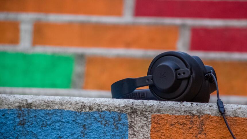Bunte Mauer mit Kopfhörern