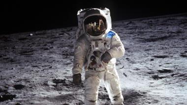Astronaut auf dem Mond, statt US-Fahne hat er eine EU-Fahne auf dem Raumanzug