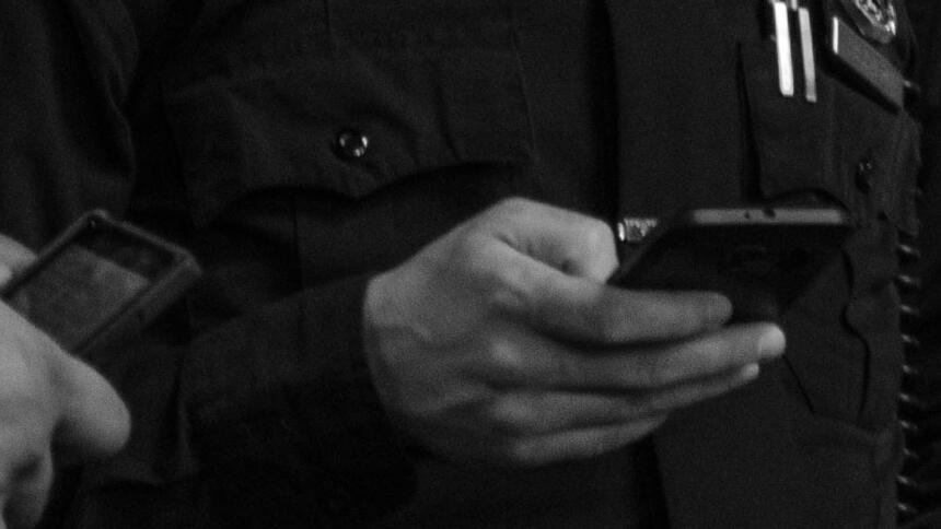 Polizisten halten Smartphones