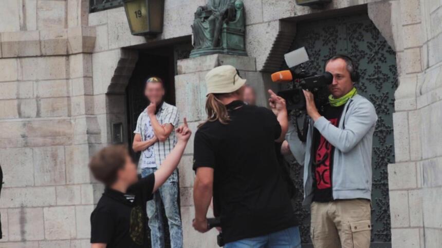 Rechte attackieren ZDF-Fernsehteam.